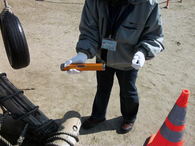 木製遊具腐食測定機に針をセット完了