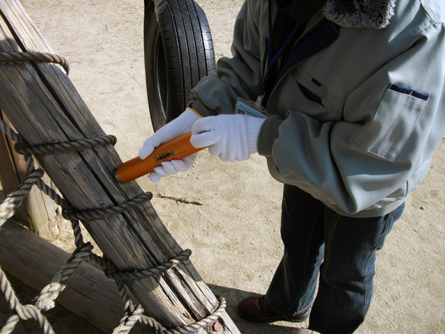 木製遊具腐食測定機から針が発射された。